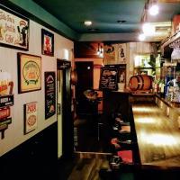 アンティークな雑貨や木製看板が飾られたオールドアメリカンな雰囲気の店内。