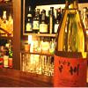 山梨・甲斐ワイナリーから直接仕入れる「かざま甲州ワイン(白・グラス1杯700円)」。これぞ甲州樽というキレのあるワイン。