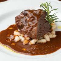 肉料理もしっかりご用意。人気の牛ほほ肉の赤ワイン煮込み