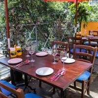 天気の良い日はテラス席も。気持ちのいい風を感じながらのお食事はまた格別です。