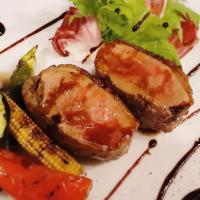 メインディッシュの肉料理。鴨ロースト、短角牛ロースト、豚ヒレのカツレツなどワインと楽しめる逸品。こちらは『お肉の盛合せ』でテイクアウトもご用意しております。