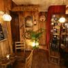 心休まるウッド調のカフェスペース。ハンドドリップで淹れるこだわりのブレンドコーヒーもオススメです!