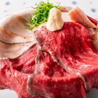 ランチで人気の『山盛りローストビーフ丼』!オージービーフの最高峰「ロンググレインビーフ」をご飯が進むシャリアピンソースでお召し上がりください!大きさ「Fuji」「キリマンジャロ」「エベレスト」の3種類。ガッツリ食べたい方は「エベレスト」にチャレンジ!