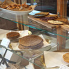 アンティークのショーケースにイタリアの伝統的焼き菓子を並べております。 皆様のお越しをお待ちしておりますので、よろしくお願い致します。