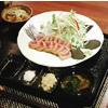 牛カツ御膳には小鉢、サラダ、雑穀米、味噌汁がつきます。