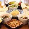 豊富なサイドディッシュ。 イチオシメニューは里芋とヴィーガンチーズの湯葉巻き、レンズ豆を使った菜食コロッケ。