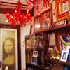 Mr.都市伝説のカフェらしく、店内には気になるグッズが所狭しと飾られている。どこに何が隠されているのか見つけるのはアナタ次第!
