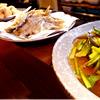 四州王のメインメニューである大皿料理で家庭の味を堪能。慣れ親しんだほっとするメニューが並びます。