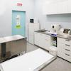検査室:血液検査機器、顕微鏡、超音波検査などを行う場所です。また、診察台もあるので大型犬はこちらで診察を行います。