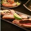 お蕎麦と一緒に燻製、バルサミコソース、マスタードソースを添えたロースト鴨肉をお楽しみください。